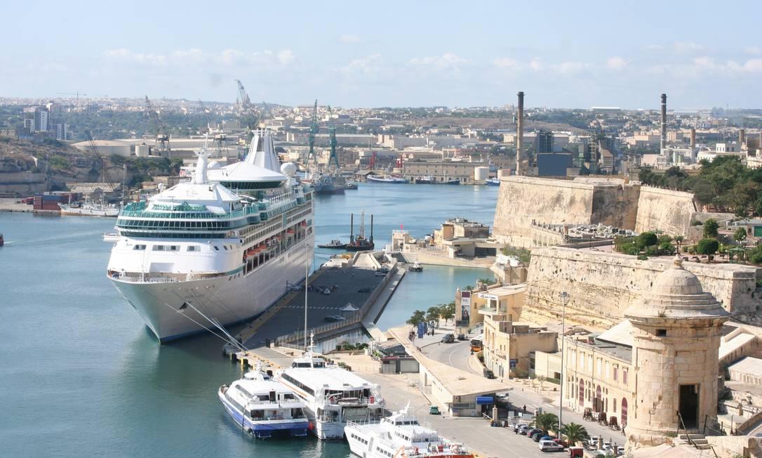 O Navio Vision of the Seas, ancorado no porto de Valletta, em Malta Foto: Carla Lencastre / Agência O Globo