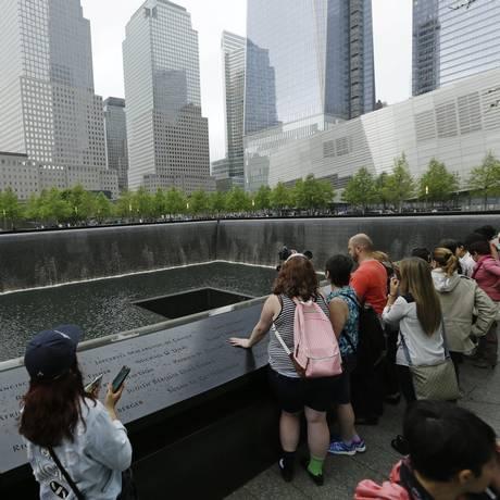 Visitantes observam as fontes no Memorial 11 de setembro Foto: Frank Franklin II / AP