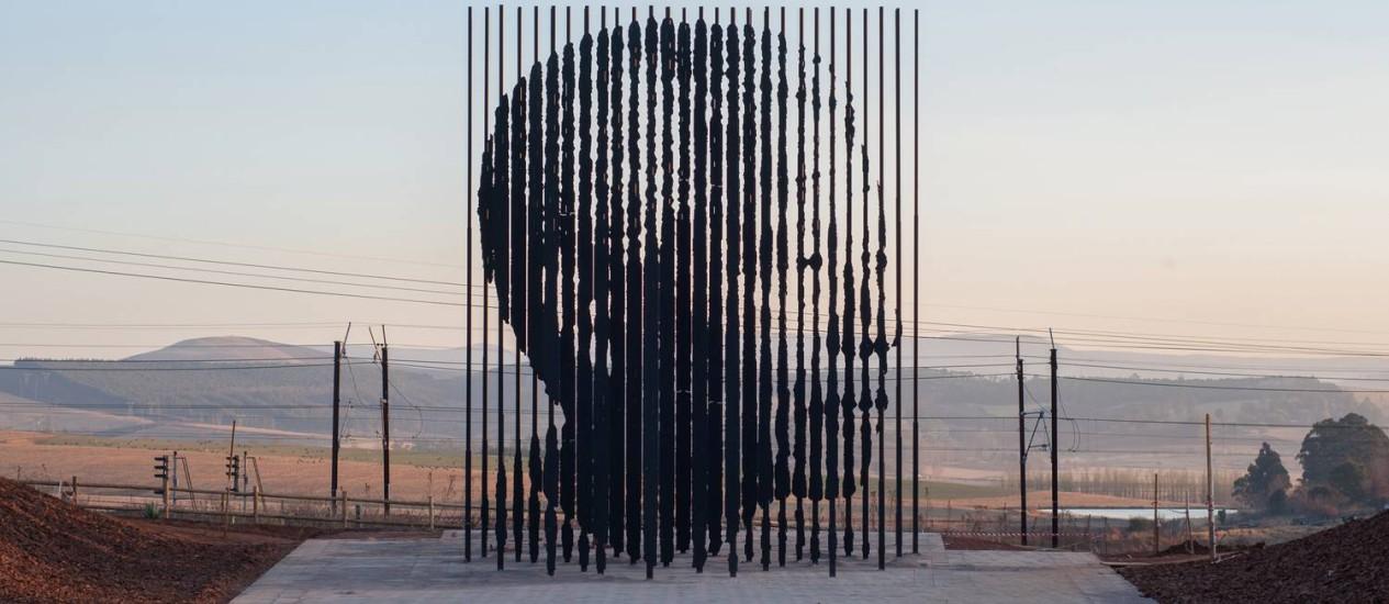 Escultura forma o rosto de Nelson Mandela no lugar onde ele foi preso em 5 de agosto de 1962 Foto: Gareth Hart / Divulgação/South Africa Tourism