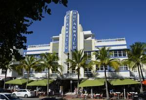 O hotel Breakwater, na Ocean Drive, é um dos clásicos exemplares do estilo art déco em South Beach Foto: Cristina Massari / Agência O GLOBO