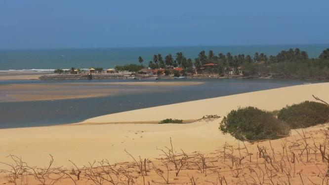 Rio Mundaú, por onde Iracema e Martim passaram, desemboca na praia de mesmo nome Foto: Natasha Mazzacaro / Agência O Globo