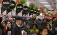 Clientes fazem fila em uma loja em Colma, na Califórnia, durante a Black Friday do ano passado