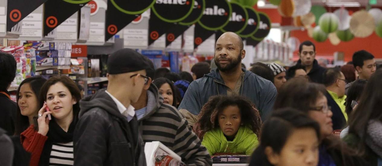 Clientes fazem fila em uma loja em Colma, na Califórnia, durante a Black Friday do ano passado Foto: Jeff Chiu / AP