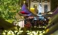 Pedrestres na feira natalina de Gendarmenmarkt