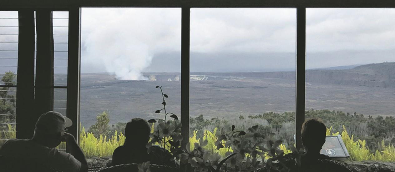 A cratera Halemaumau vista da varanda do hotel Volcano House Foto: Christiana Lee / Agência O Globo