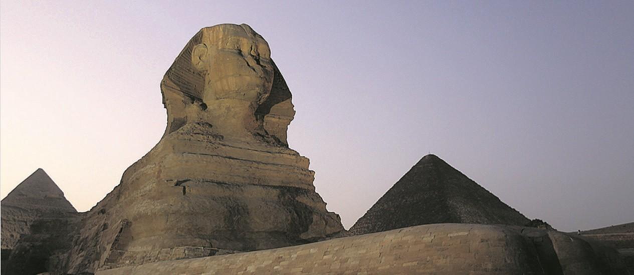 A Esfinge renovada e emoldurada pelas pirâmides de Miquerinos e Quéfren Foto: Mohamed Abd El Ghany / Reuters