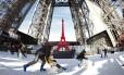 Turistas patinam na pista montada no primeiro andar da Torre Eiffel