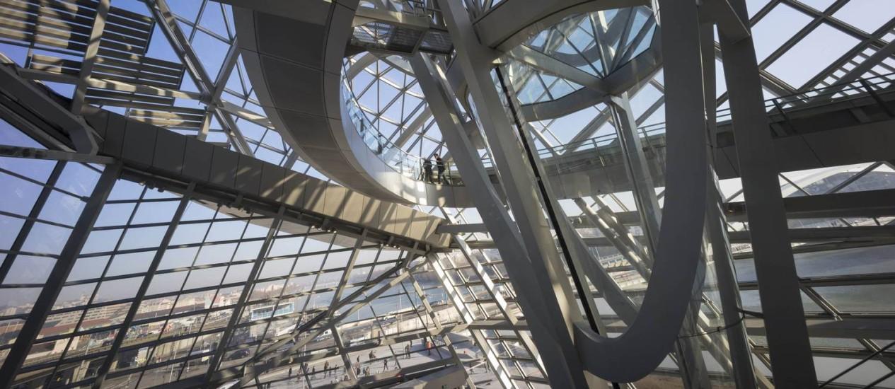 Vidro e aço no interior do Museu das Confluências, localizado numa península onde os rios Rhône e Saône se encontram Foto: ROBERT PRATTA / REUTERS