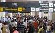 Passageiros esperam nas filas do check in, no Rio de Janeiro