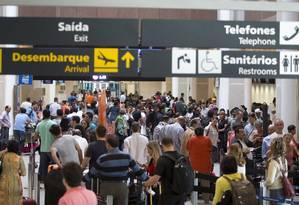 Passageiros esperam nas filas do check in, no Rio de Janeiro Foto: Márcia Foletto / Agência O Globo