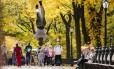 Artista de rua é atração no Central Park, cercado pela vegetação que gradualmente vai ganhando as cores do outono