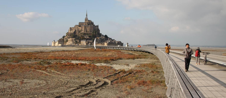 O acesso de pedestres e ciclistas ao Mont Saint-Michel é feito pela ponte por onde também circulam charretes e ônibus que fazem o transporte dos visitantes Foto: Eduardo Maia / Agência O GLOBO