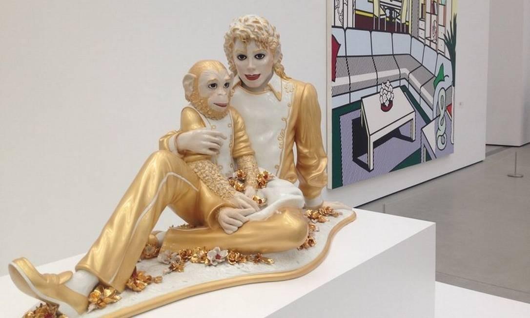 "Escultura ""Michael Jackson and Bubbles"", de Jeff Koons, no novo The Broad Museum em Los Angeles Foto: Mariana Timóteo das Costa / Agência O Globo"