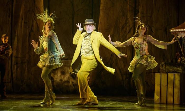 """A partir da esquerda Jessica Lee Goldyn, Terrence Mann e Lisa Gadja no musical """"Tuck Everlasting"""", em apresentação em Atlanta. A montagem agora segue para a Broadway, em Nova York Foto: GREG MOONEY / The New York Times"""