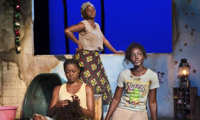 """A partir da esquerda, Pascale Armand, Saycon Sengbloh e Lupita Nyong'o em """"Eclipsed"""". Peça está em cartaz no Golden Theatre, na Broadway Foto: SARA KRULWICH / The New York Times"""