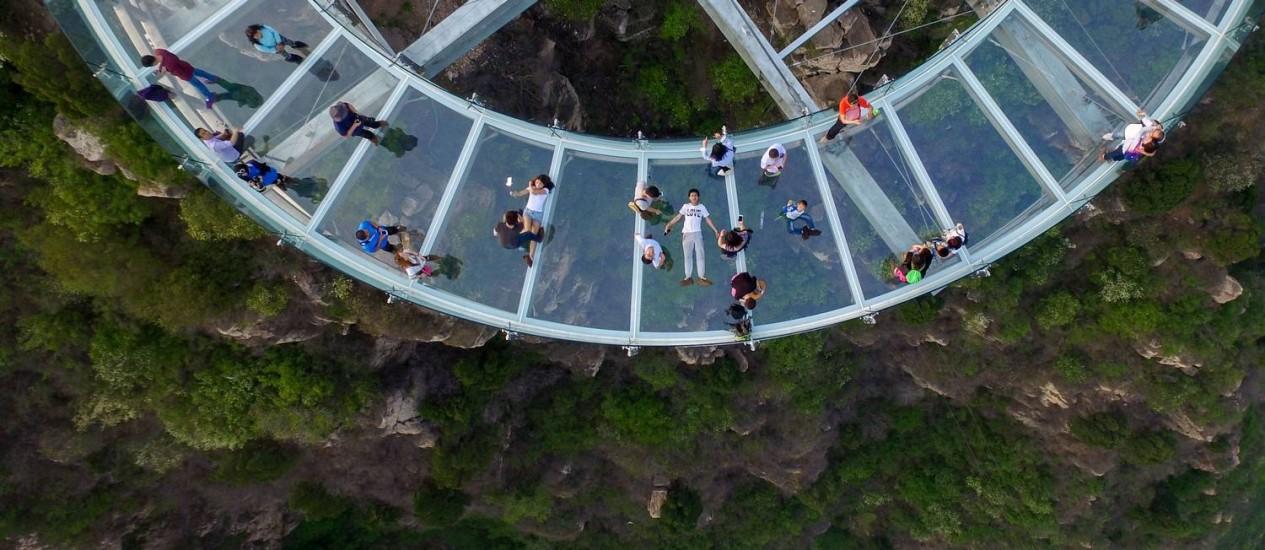 Visitantes aproveitam a plataforma panorâmica em Shilinxia, nos arredores de Pequim Foto: AFP