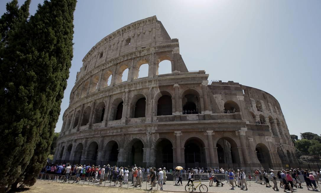Visitantes fazem fila para entrar no Coliseu, que acaba de ter sua fachada restaurada Foto: Andrew Medichini / AP
