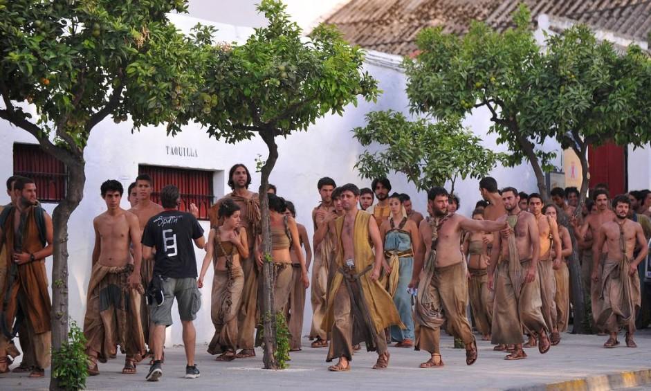 """Figurantes de episódios de """"Game of thrones"""", deixando a arena em filmagem de cenas da quinta temporada rodadas na cidade de Osuna, na Andaluzia, Espanha Foto: CRISTINA QUICLER / AFP/22-10-2014"""