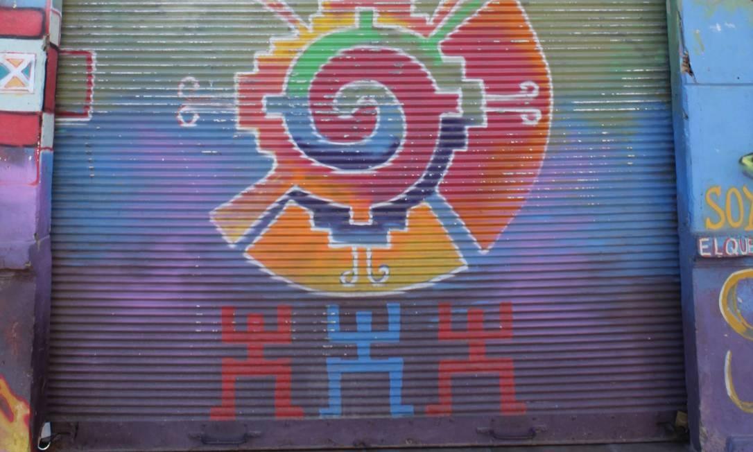 Gente Feliz é o nome da loja, cujo portão traz um desenho original, difícil de descrever. O que será? Foto: Ana Beatriz Marin / Agência O Globo