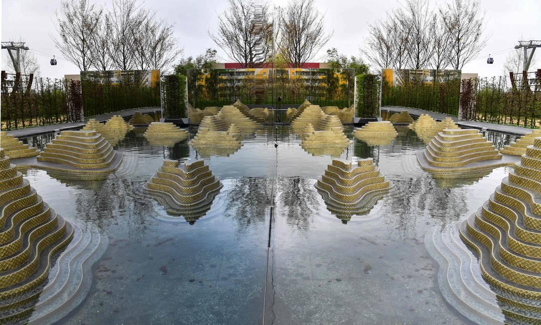 """Representando a Tailândia, o """"Jardim da mente"""" é refletido em espelhos. Os organizadores esperam público de dois milhões de pessoas que ocupa 100 hectares no distrito de Marzahn-Hellersdorf, no nordeste de Berlim. A exposição ficará aberta até 15 de outubro de 2017 Foto: JOHN MACDOUGALL / AFP"""