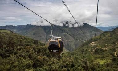 O teleférido 4,2km construído por um consórcio franco-peruano facilita o acesso a Kuélap, ruínas pré-incaicas no topo de uma montanha em meio a florestas no norte do Peru. A viagem cênica leva 20 minutos. Antes, por trilha pela floresta, o trajeto levava três horas Foto: ERNESTO BENAVIDES / AFP