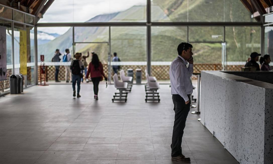 Visitantes aguardam na cidade de Nuevo Tingo para usar o novo sistema de teleférico para chegar a Kuelap, no norte do Peru Foto: ERNESTO BENAVIDES / AFP