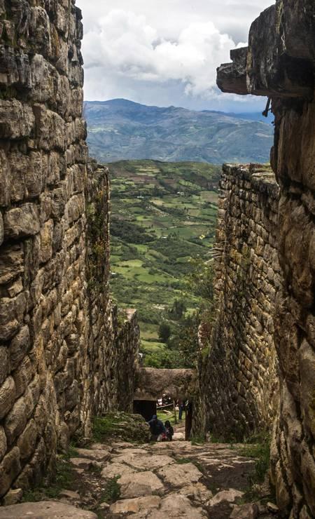 Erguida no século XI, Kuélap se estende por 600 metros. Alguns de seus muros alcançam quase 20 metros de altura. E tem pontos de acesso estreitos para conter os invasores Foto: ERNESTO BENAVIDES / AFP