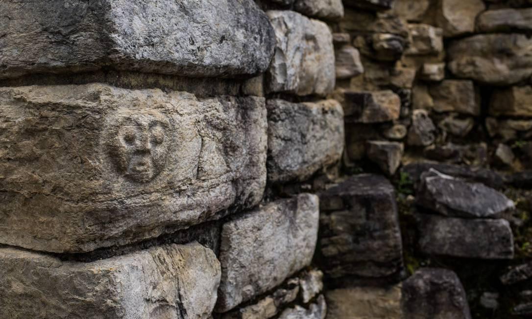 Detalhe nas ruínas de Kuélap, erguida pelo povo chachapoya no século XI, na região amazônica do Peru. Trata-se segundo pesquisadores de uma cidadela fortificada com funções religiosas Foto: ERNESTO BENAVIDES / AFP