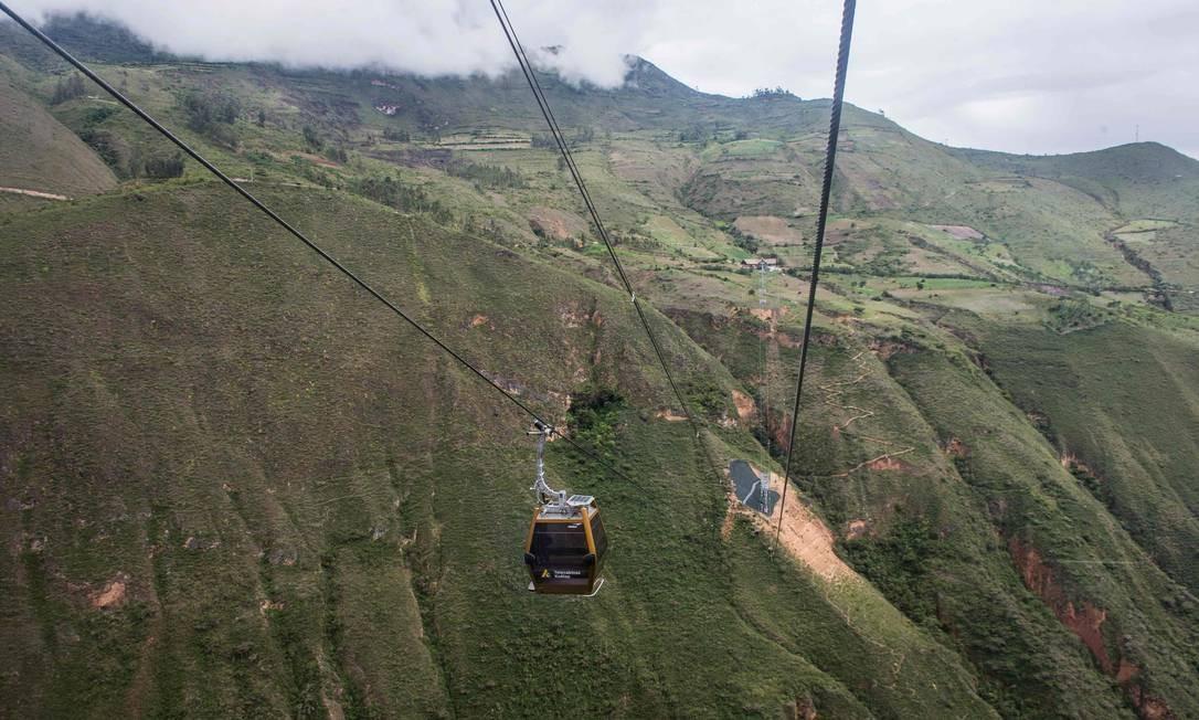 O novo teleférico leva até as ruinas de Kuélap, a três mil metros de altitude a partir de Nuevo Tingo, a 2.300 metros de altitude, na região da Amazônia peruana percorre 4,2km em 20 minutos Foto: ERNESTO BENAVIDES / AFP