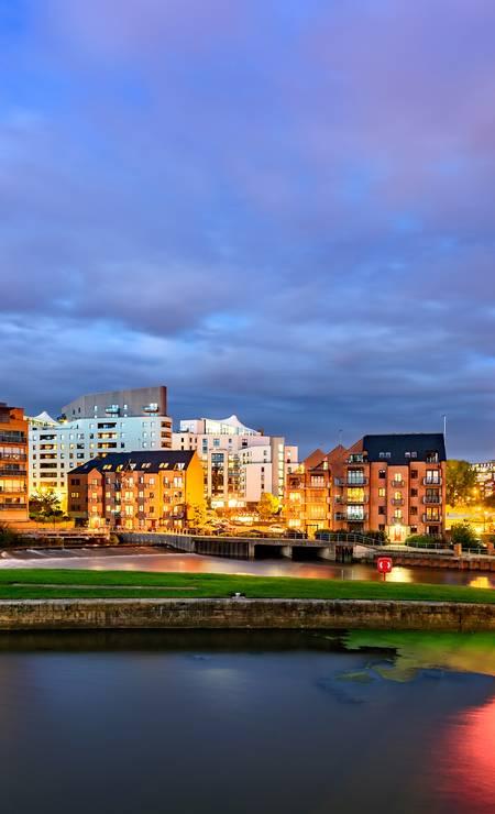 Leeds, no norte da Inglaterra, passou por obras de revitalização que transformaram a cidade industrial semiabandonada em um centro sofisticado de compras. A inauguração da Leeds Arena, em 2013, ajudou a impulsionar esta nova fase da cidade Foto: Sergey Bogomyako/Shutterstock/Divulgação