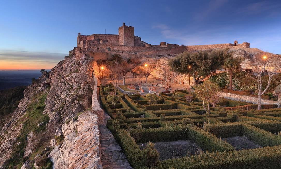 À luz do pôr do sol, o Castelo de Marvão, no Alentejo Foto: ARoxoPT/Shutterstock/Divulgação