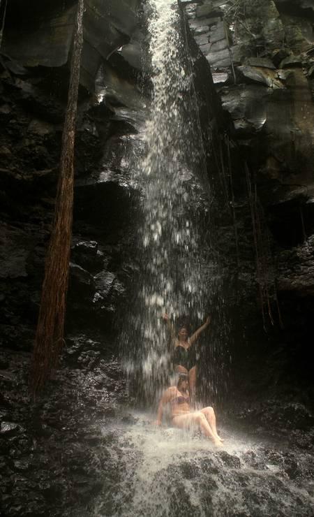 Cachoeira se forma na região da Praia do Sancho. Temporada de chuvas vai até junho Foto: Eduardo Vessoni