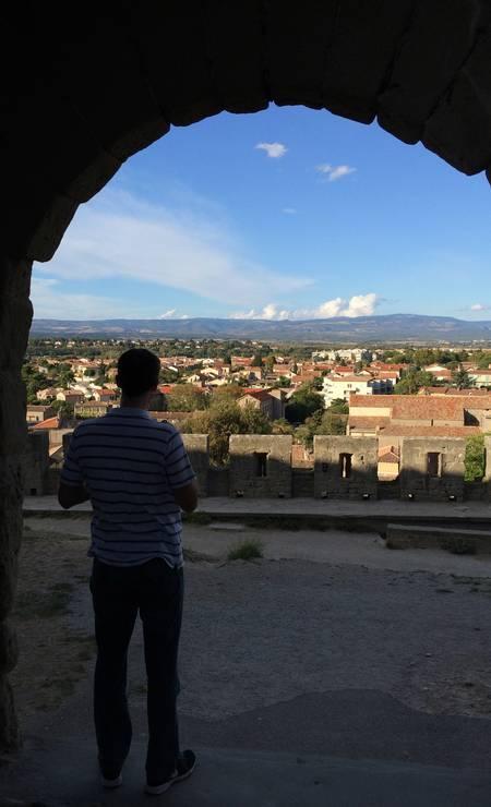 Vista. Visitante aproveita a bela paisagem do castelo em Carcassone, no sul da França Foto: Alina Hartounian/AP