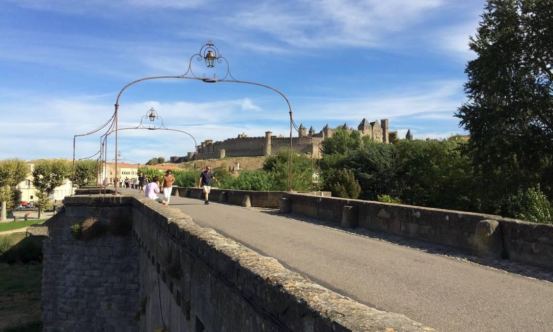 Turistas passeiam na ponte que leva atéa a Cité, em Carcassonne, na França Foto: Alina Hartounian / AP