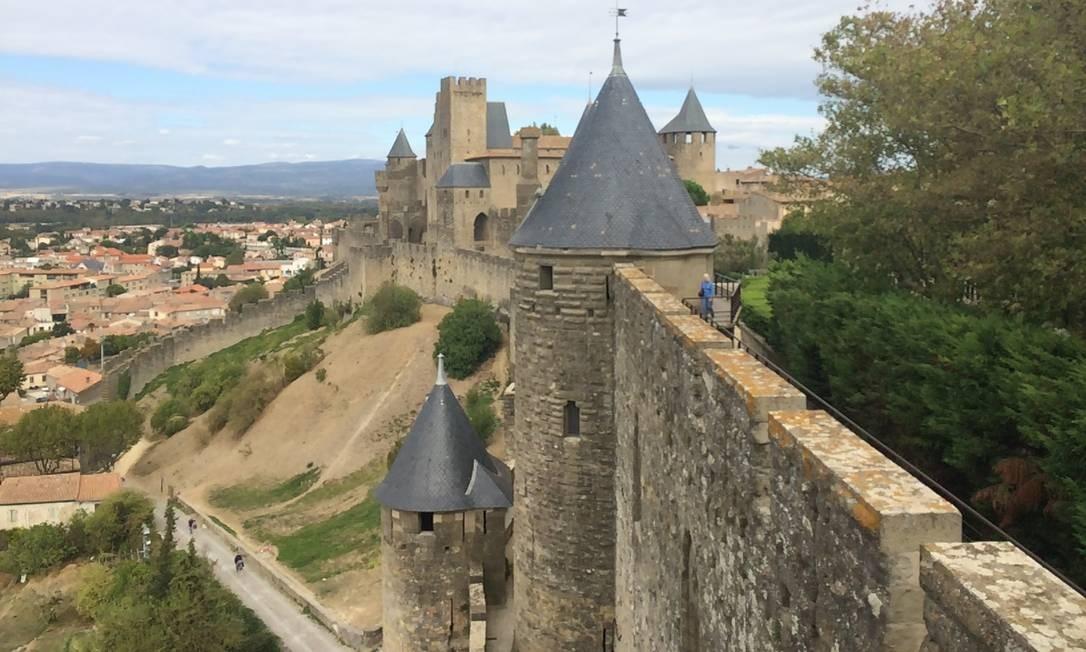 Turistas caminham pelas rampas da construção que cerca o centro histórico de Carcassonne Foto: Alina Hartounian / AP