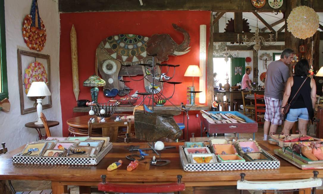Quadros e esculturas compõem o acervo da Oficina de Agosto, que tem cerca de dez mil peças à venda Foto: Agência O Globo / Ana Beatriz Marin