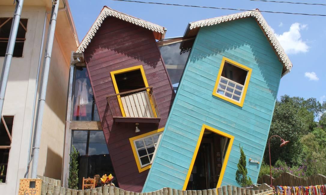 A Casa Torta, em Bichinho, não ganhou esse nome à toa! Olhem bem para a fachada! Foto: Agência O Globo / Ana Beatriz Marin