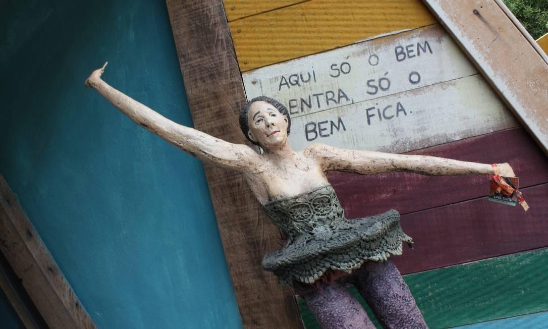 'Aqui só entra o bem', diz a bailarina, na entrada da Casa Torta, em Bichinho Foto: Agência O Globo / Ana Beatriz Marin