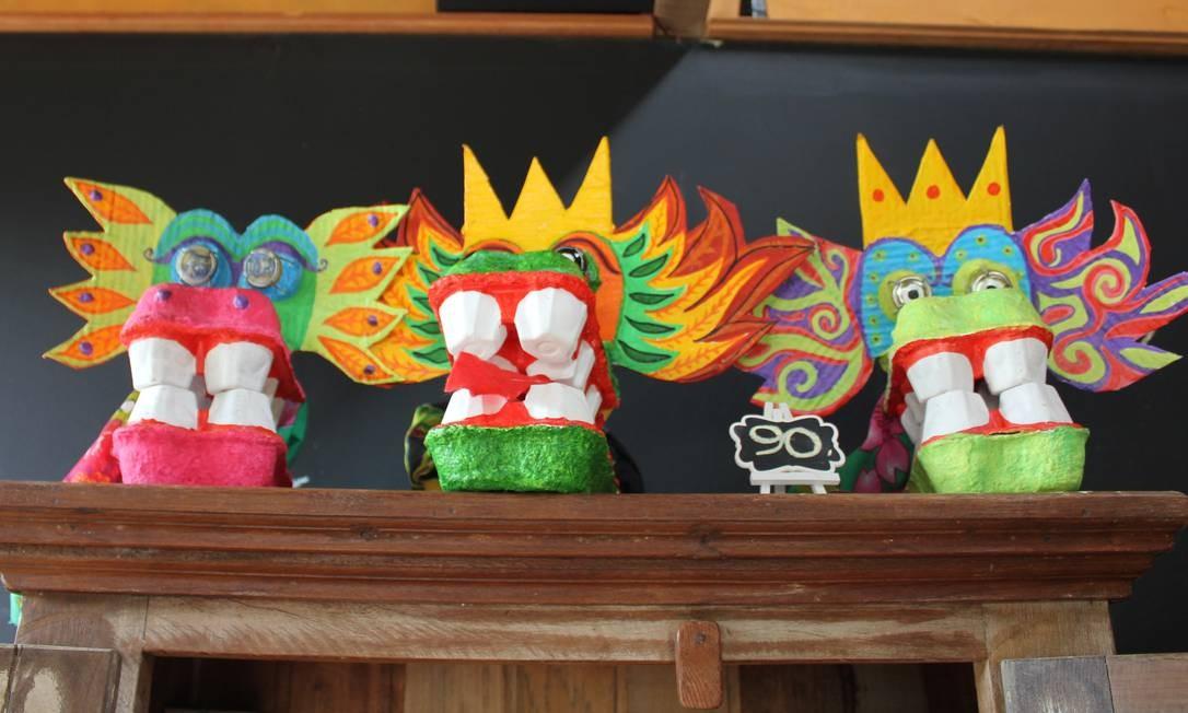 Fantoches coloridos de quatro dentes enfeitam uma estante na Casa Torta Foto: Agência O Globo / Ana Beatriz Marin