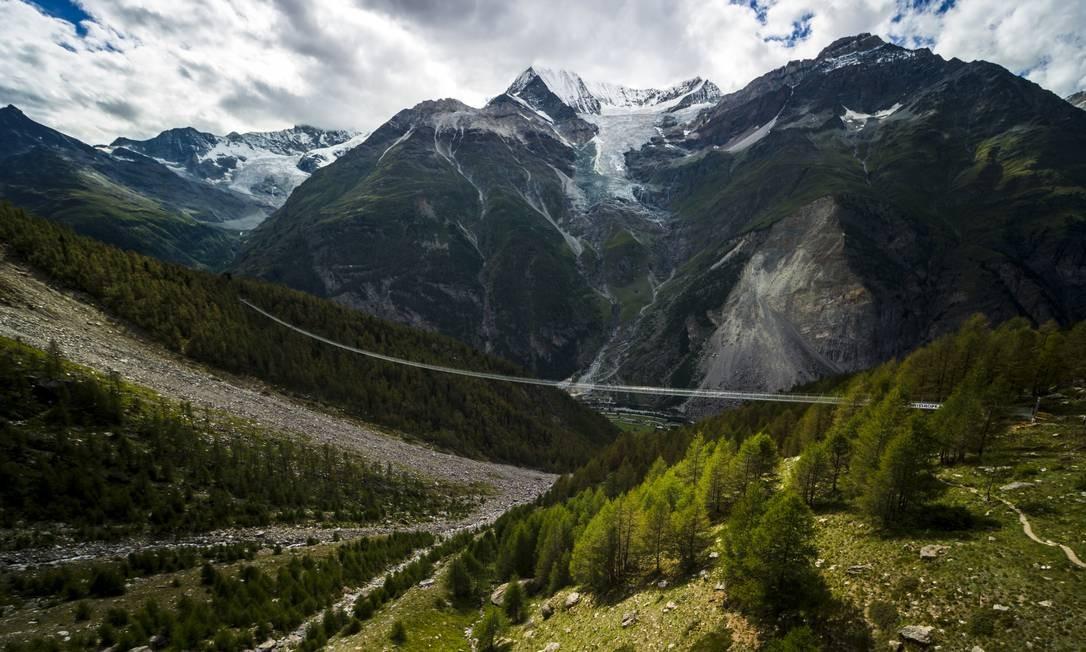 Situada em Europaweg, região que conecta as vilas de Zermatt e Graechen, na Suíça, a ponte Europabruecke, com 494m de extensão é vista ao longe Foto: Valentin Flauraud/Keystone / AP