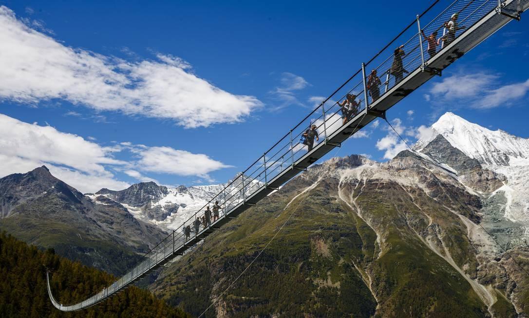 """Foi inaugurada na Suíça, no dia 29 de julho, a """"Europabruecke"""", que está sendo considerada a mais longa ponte suspensa de pedestres do mundo. Com 494 metros, ela chega a 85 metros de altura em alguns pontos Foto: Valentin Flauraud / AP"""