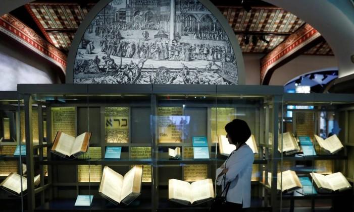 O Museum of the Bible, em Washington DC, reúne em seu acervo diversos exemplares do livro sagrado e inclui exibições interativas Foto: KEVIN LAMARQUE / REUTERS