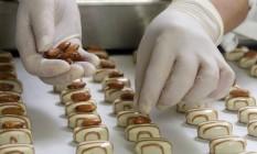 Na Lindt, mestres chocolateiros ensinam a decorar pralinés Foto: Armin Zogbaum/LINDT&SPRUENGLI