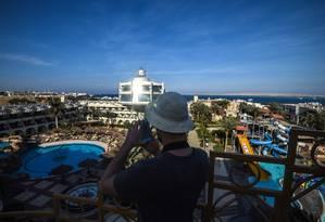 Retomada. Um turista tira fotos em um resort em Hurghada, no Mar Vermelho Foto: MOHAMED EL-SHAHED / AFP