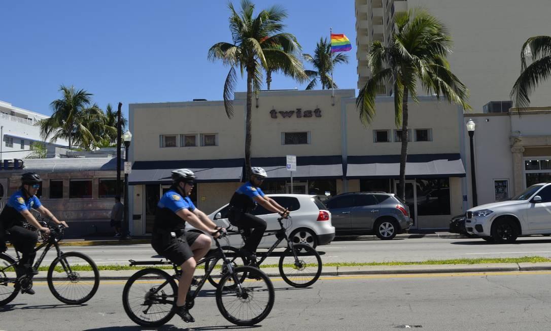Twist: bar gay de tradição em South Beach, com bandeira arco-íris na fachada Foto: Cristina Massari / Agência O Globo