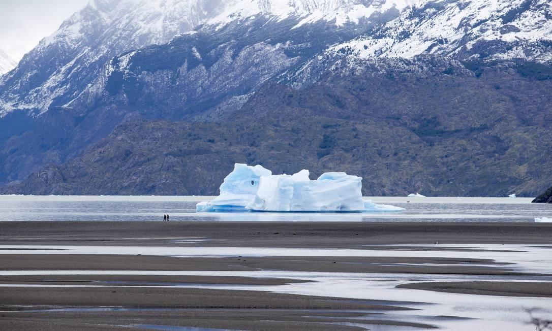Diante da imensidão da Patagônia chilena, turistas passeiam às margens do Lago Grey, onde enormes pedaços de gelo flutuam e compôem o cenário impressionante do Parque Nacional Torres del Paine Foto: Edilson Dantas / Agência O Globo