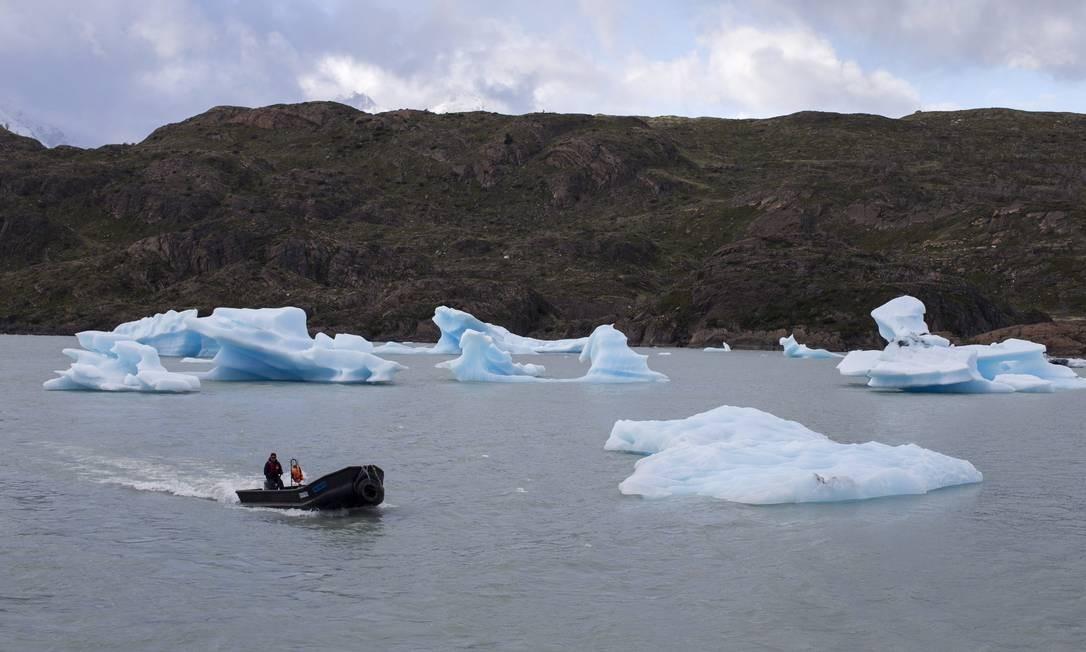 Barco passeia pelo Lago Grey, entre grandes pedaços de gelo, no Parque Nacional Torres del Paine, na Patagônia Chilena Foto: Edilson Dantas / Agência O Globo