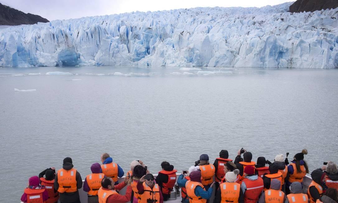 Hora da foto. Barco com turistas se aproxima da geleira no Parque Nacional Torres del Paine, na Patagônia chilena Foto: Edilson Dantas / Agência O Globo