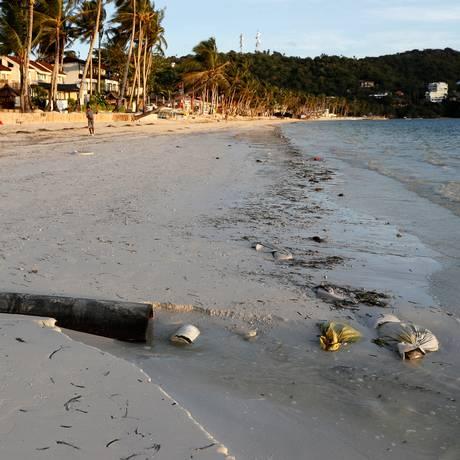 Poluição. O esgoto sem tratamento em um das praias da Ilha de Boracay, nas Filipinas Foto: ERIK DE CASTRO / REUTERS