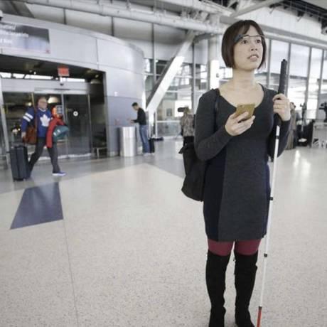 Acessibilidade. Óculos especiais e um aplicativo facilitam a mobilidade de cegos em aeroportos Foto: Aira/Divulgação